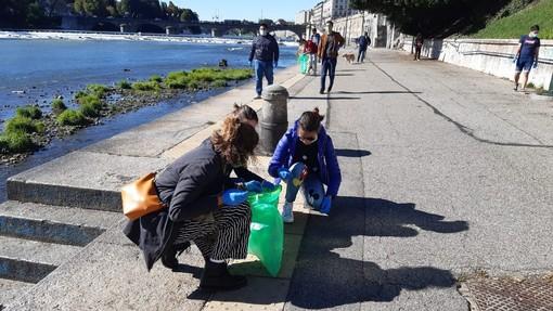 Il vento forte non basta: anche gli ambientalisti oggi hanno pulito i Murazzi [FOTO]