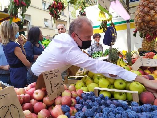 Paolo Damilano mentre prende frutta al mercato