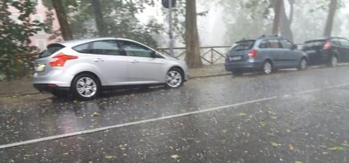 Meteo, un'ora di bomba d'acqua su Torino: danni soprattutto a Chieri. Allagamenti, alberi e tegole cadute a Rivoli, Collegno e Grugliasco
