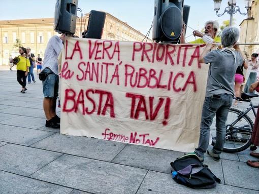 """Le donne No Tav in piazza Castello: """"Opera porterà nuove malattie, il Covid non ci ha insegnato nulla"""" (FOTO e VIDEO)"""