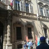 operai con bandiere e striscioni di protesta davanti al Palazzo del Consiglio Regionale