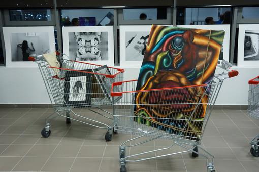 """Al Parco Commerciale Dora c'è """"Rosso indelebile"""", arte diffusa contro la violenza sulle donne"""