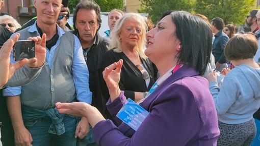 Torteria di Chivasso: folla, striscioni e dediche sui vetri per la titolare Rosanna Spatari (FOTO e VIDEO)