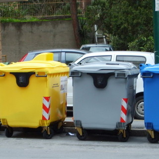 Raccolta rifiuti, colori uguali per i cassonetti della differenziata in Piemonte