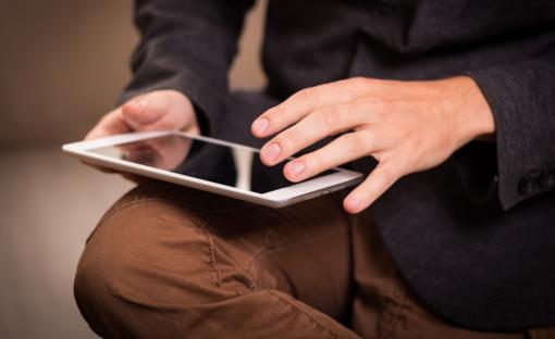 persona con un tablet in mano