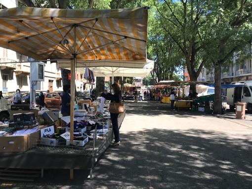 Nei mercati di Torino ripartono i banchi non alimentari, ma a Porta Palazzo si teme la crisi [FOTO]