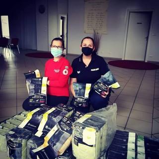 La Croce Rossa distribuisce alimenti per cani ai cittadini di Nichelino in difficoltà