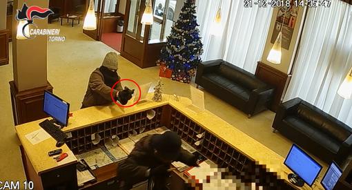 Torino, rapine con pistole sceniche e bombe a mano: presi due malviventi [FOTO-VIDEO]