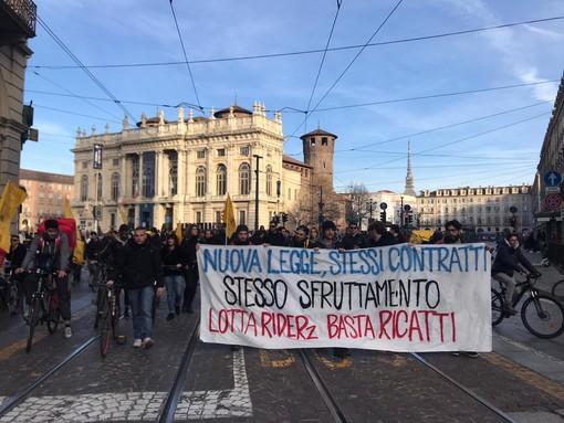 """La protesta rider paralizza il centro di Torino: """"Stop allo sfruttamento"""" [VIDEO]"""