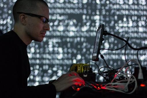 Al Bunker con ALGO:RITMI l'infotainmente si gioca sul live creating coding