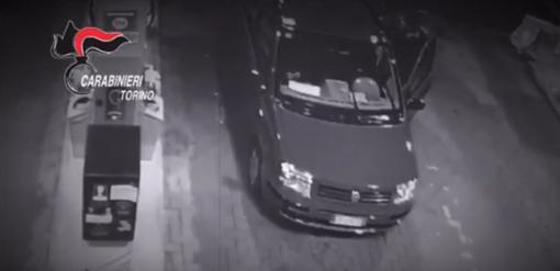Fidanzatini rapinati mentre fanno benzina: chiamano mamma e papà per tornare a casa [VIDEO]