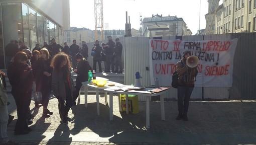 """Gli studenti tornano """"a pranzo"""" dal Burger  King: nuova protesta sotto Palazzo Nuovo"""