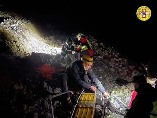 Uomini del soccorso alpino di notte