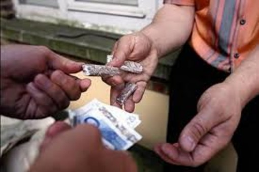 Soldi e cocaina nascosti nei pacchetti di sigarette: così un 40enne spacciava in via Cibrario