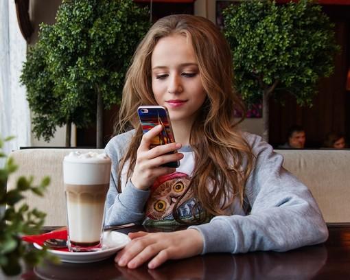 giovani e smartphone - foto di repertorio