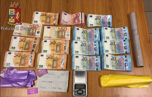 Spaccia droga all'interno del centro scommesse: arrestato