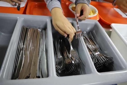 Addio alla plastica nelle scuole di Grugliasco, da ora solo stoviglie d'acciaio nelle mense [FOTO]