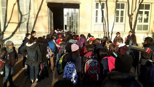 Sit-in di protesta di genitori, maestre e alunni della Manzoni contro il ritorno dell'ex dirigente