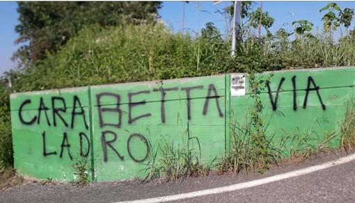 """A Rosta scritte contro il deputato M5S Carabetta: """"Via dalla Val Susa, ladro"""""""