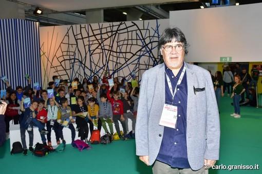 """Luis Sepúlveda incanta il Salone del Libro, lo scrittore incontra i bambini: """"Ricordatevi che vola solo chi osa farlo"""""""