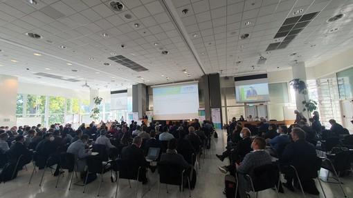 Sala con persone per presentazione evento