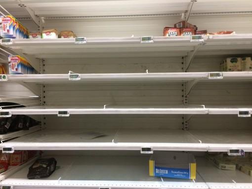 Coronavirus, scaffali vuoti anche nei supermercati di Collegno e Rivoli [FOTO]