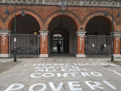 """Trasferimento suk in via Carcano, scritte sulla Holden: """"Chiara e Chiampa contro i poveri"""" (FOTO)"""