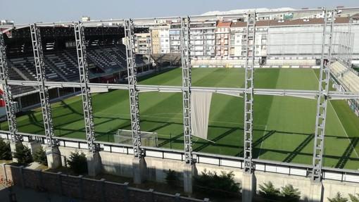 Stadio visto dall'alto con una tribuna coperta e la scritta Torino Fc