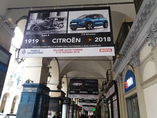La storia dell'auto col naso all'insù: in mostra a Torino sotto i portici di via Po (FOTO e VIDEO)