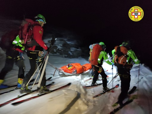 soccorritori in montagna in mezzo alla neve
