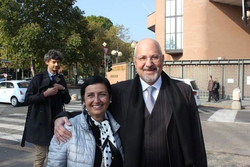 Persone davanti al tribunale di Torino
