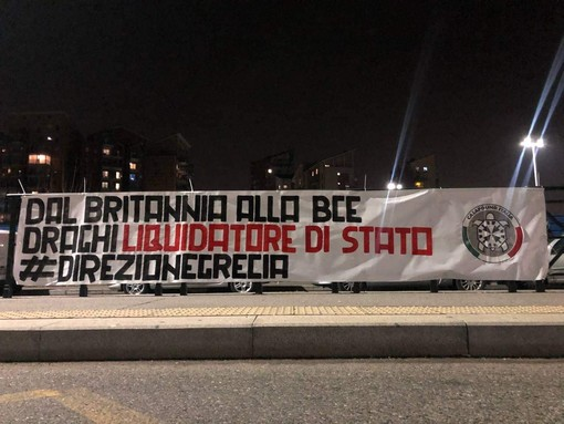 Lo striscione apparso in corso Principe Oddone, a Torino, contro Mario Draghi