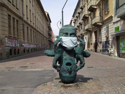 """Il mistero della mascherina sulla scultura """"Eco"""" davanti a Palazzo Nuovo"""
