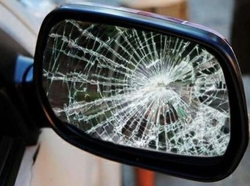 Ragazzini di 15 e 16 anni vandalizzano le auto parcheggiate in centro: denunciati