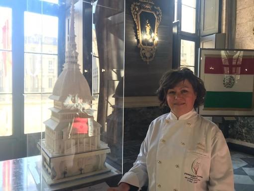 """In Comune una torta formato Mole Antonelliana: """"Ispirata al simbolo di Torino, è una copia perfetta dell'originale"""" (FOTO e VIDEO)"""