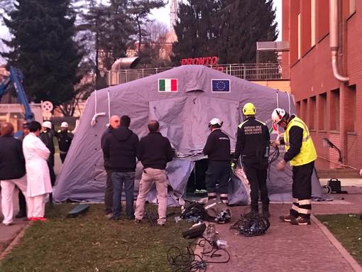 Coronavirus, a Torino la protezione civile monta le tende da campo fuori dai pronto soccorso [FOTO e VIDEO]