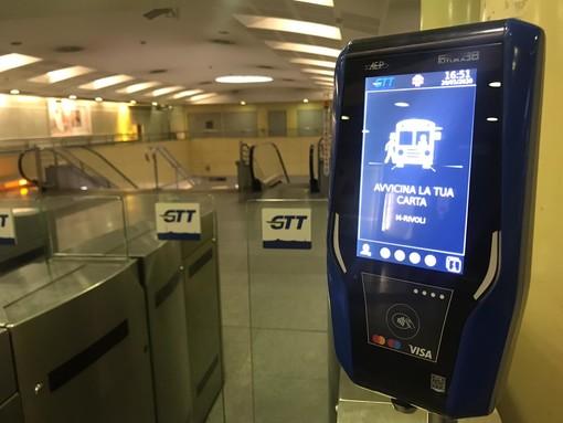 Da luglio il tornello della metro di Torino si apre con la carta di credito (VIDEO)