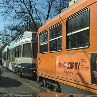 tram vecchi e nuovi lungo una strada di Torino