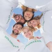 Ragazzi abbracciati e sorridenti con magliette bianche