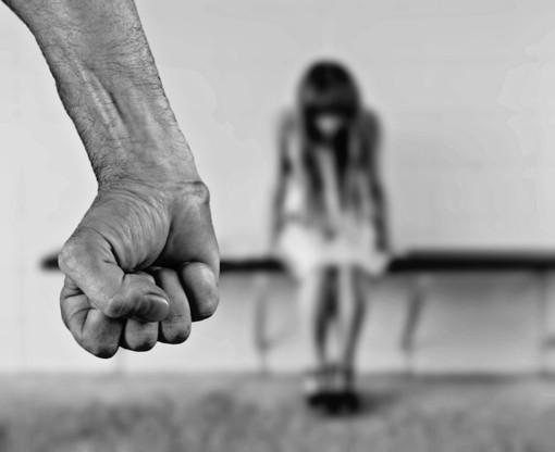 Moncalieri, violenta la sua compagna in strada: lei lo fa arrestare