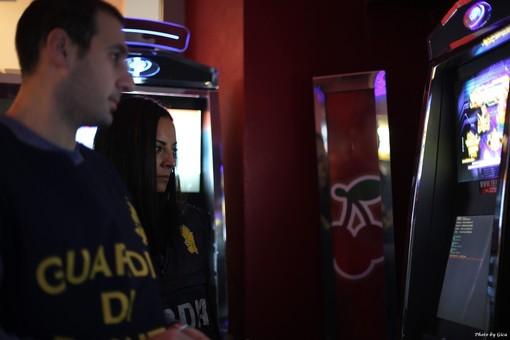 """Il """"piatto tipico"""" era il gioco d'azzardo fuori legge: la Gdf scopre che invece dei fornelli c'erano le slot"""