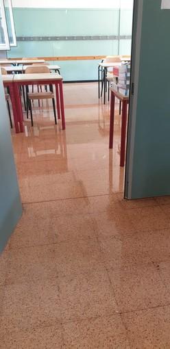 Collegno, vandalizzata nella notte la scuola Gramsci: aule e corridoi allagati [FOTO]