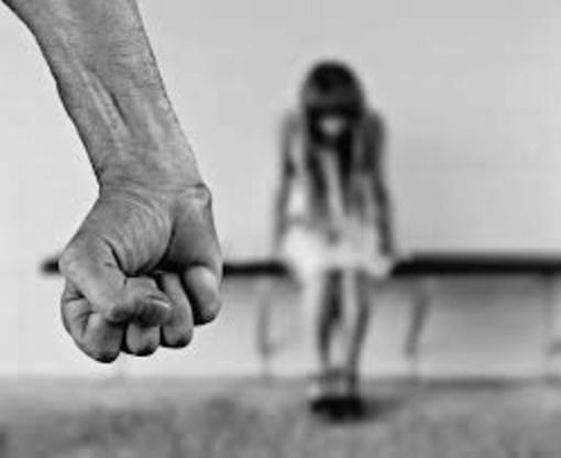 Gli avvertimenti non servono a fermare la violenza sulle donne: due uomini in manette a Trofarello e Beinasco