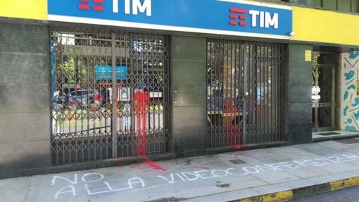 Vernice rossa e scritte contro il negozio Tim di corso Casale