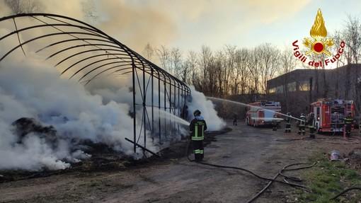 Incendio in un fienile a Rosta, numerose squadre dei Vigili del Fuoco in azione. Spento un rogo a Trana (VIDEO)