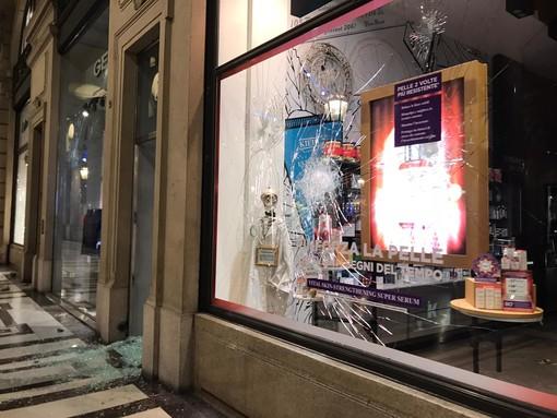 Scontri in centro, i manifestanti sfasciano le vetrine e saccheggiano i negozi [FOTO e VIDEO]