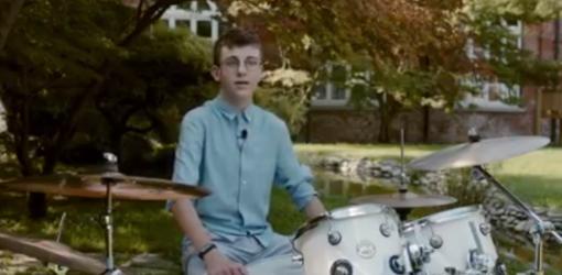 ragazzo che suona la batteria