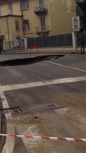 Moncalieri: voragine in strada Genova, bus contro auto in sosta