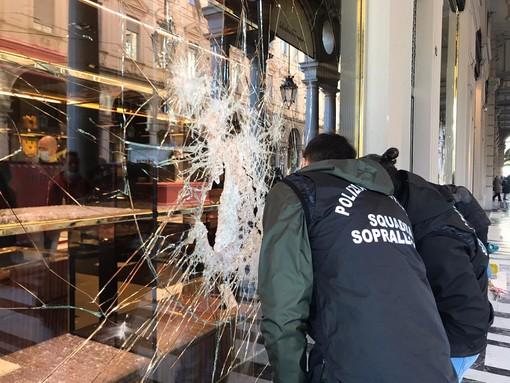 """A Torino il day after degli scontri, l'ira dei commercianti: """"Bestie impazzite, hanno spaccato tutto"""" [FOTO e VIDEO]"""