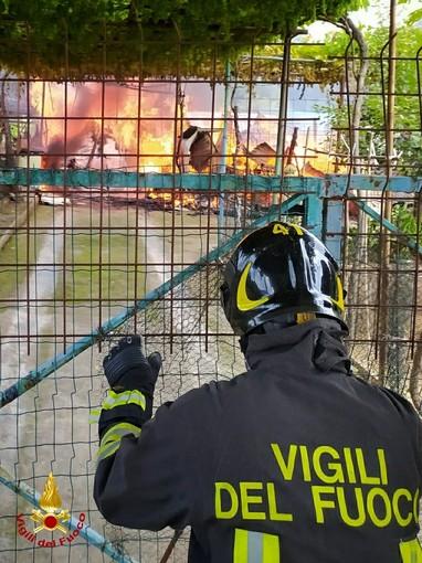 Beinasco, rogo in alcuni capanni agricoli: intervento dei vigili del fuoco
